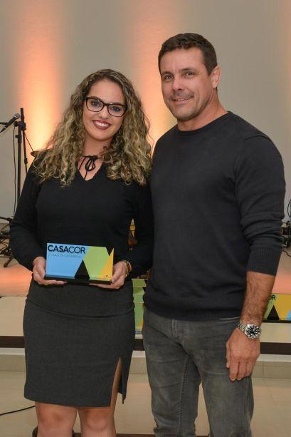 <strong>Melhor Ambiente no Tema A Casa Viva</strong>: Jardim Tropical por Francielle iOst, que recebe o prêmio de Rodrigo Fontana, Diretor da Veka Brasil.