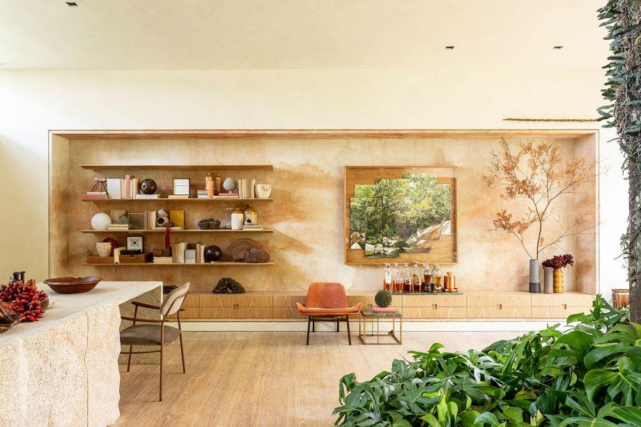 """Casa da Árvore Renault - Suite Arquitetura.<span style=""""font-weight:400;"""">Para um momento de deleite, a estante de madeira combina com o ar aconchegante do ambiente e abriga diversos livros para uma boa leitura, além de receber também vários objetos de decoração.</span>"""