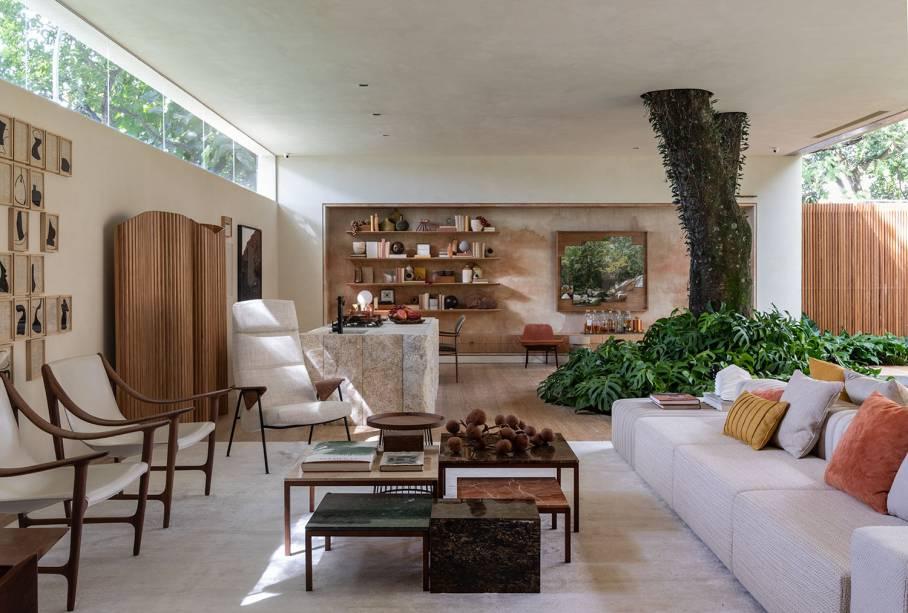 Para a <strong>Casa da árvore Renault</strong>, o trio Carolina Mauro, Daniela Frugiuele e Filipe Troncon, da Suite Arquitetos, assina o sofá modular, produzido com tecidos de juta e tear de algodão, que traz todo um ar rústico e natural ao espaço.