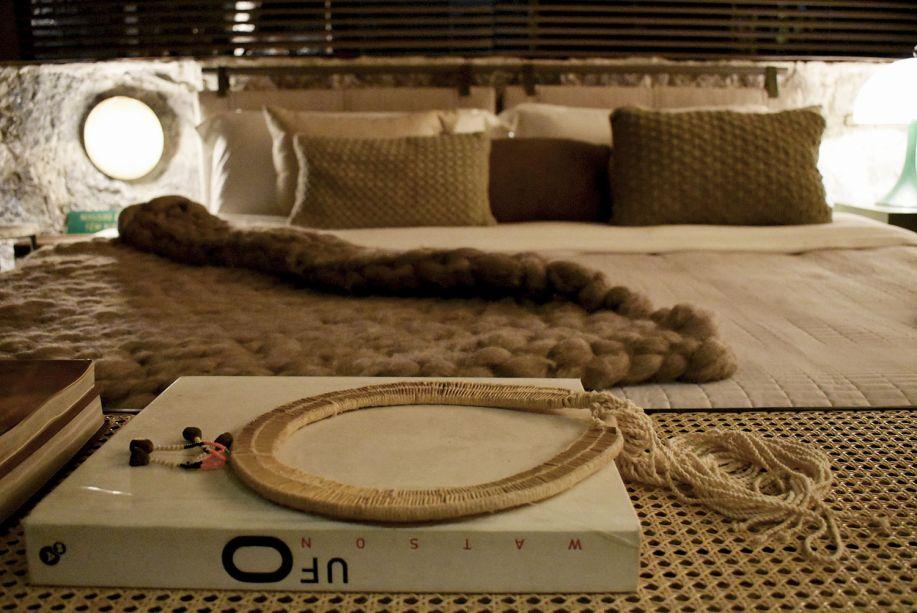 """<span style=""""font-weight:400;"""">Um colar indígena ganha todo destaque na Casa Raízes, do Triplex Arquitetura, e orna com os tons suaves e aspectos rústicos de outras peças.</span>"""