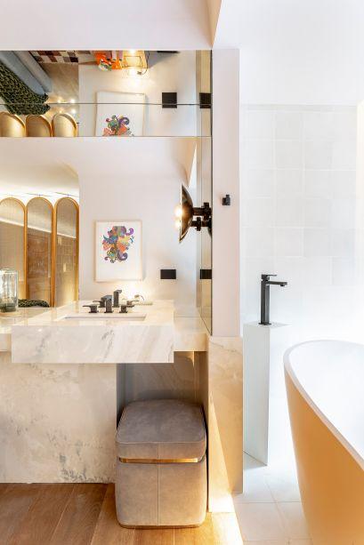 No banheiro da<span><strong>Boutique Residence 218,</strong> de Flávia Gerab e Silvana Mattar, as pedras claras traduzem o luxo almejado pelas profissionais.</span>