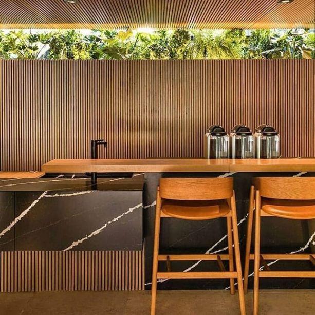Na <strong>Tartuferia</strong><span>, do escritório</span><strong>mf + arquitetos</strong><span>, a bancada da cozinha, do bar e alguns móveis receberam um revestimentos negro com veios brancos.</span>
