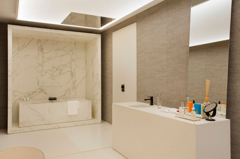 <strong>João Armentano</strong>assina a<strong>Villa Olivo Todeschini</strong>, onde escolheuuma pedra clara com veios marrompara a bancada da cozinha e a caixa e banheira da suíte.