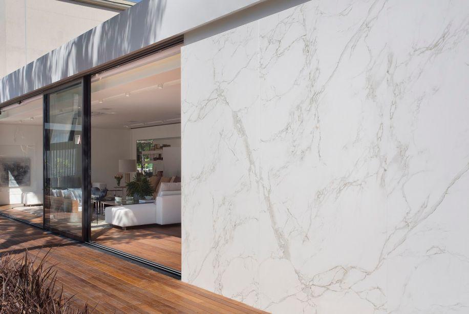<span>A arquiteta<strong>Lidia Maciel</strong>criou a<strong>Casa Linea</strong>, que conta comum revestimento brancopara as prateleiras da estante generosa de 12 m de comprimento, assim como na fachada.</span>