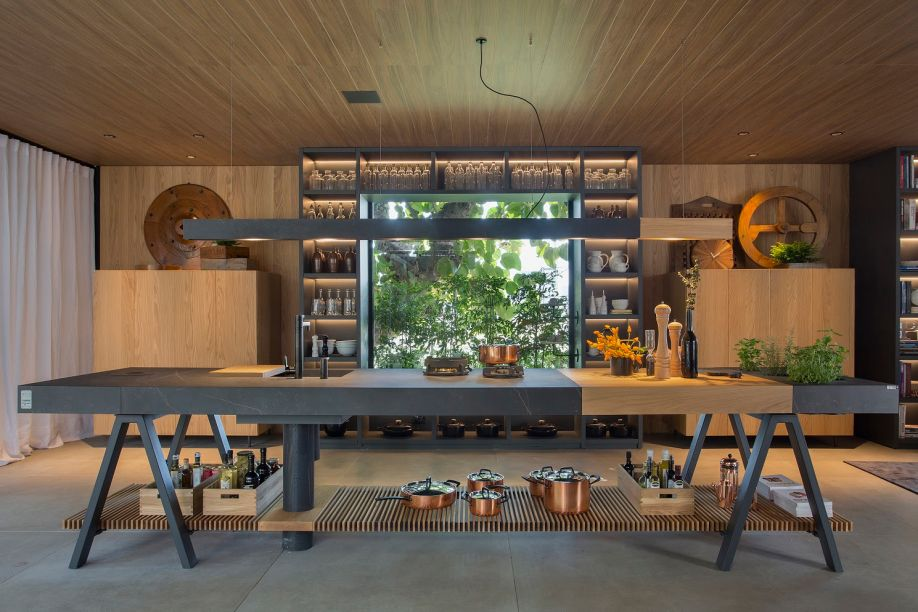 <strong>Paola Ribeiro</strong><span>traz</span><span>para a</span><strong>Casa Terra </strong>uma bancada mesclada com madeira e uma superfície rígida escura.