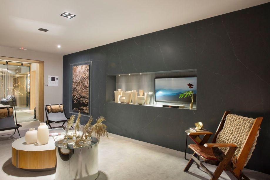 Na <strong>Casa Essencial</strong><span>, de</span><strong>Gustavo Martins,</strong>o revestimento escuro cobre uma parede inteira.