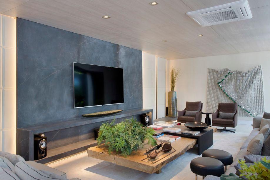 <span>Na</span><strong>Casa Cosentino by Débora Aguiar,</strong>o efeito mármore domina as superfícies, <span>enobrecendo o piso e a parede do banheiro,</span><span>a ilha do closet, a lereira do quarto e</span><span>o painel do home.</span>