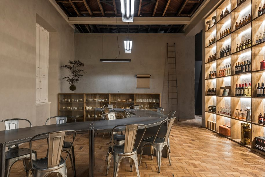 Armazém CASACOR - O estúdio Ø Arquitetos concebeu o Armazém para ser um local de apreciação da gastronomia mineira. Para criar o clima elegante, a madeira foi o material de escolha dos profissionais. Junto de iluminação direcionada e toques industriais, o ambiente sofisticado aguça os sentidos