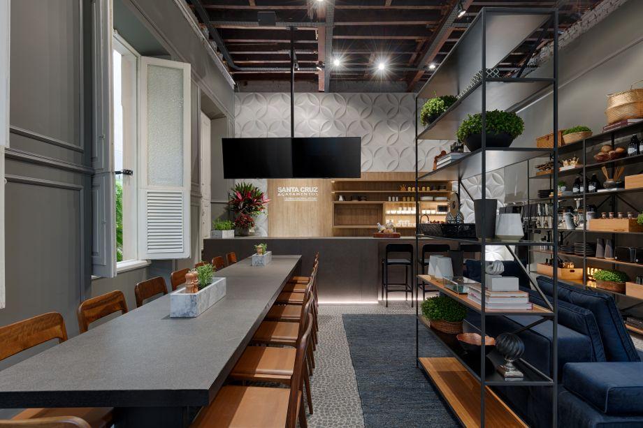 Cozinha Funcional do Chef -Com 46 m², o ambiente foi projetado pela arquiteta Fabíola Constantino. Muito inspirado na natureza, o espaço conta com um jardim vertical e estante e cadeiras de madeira.