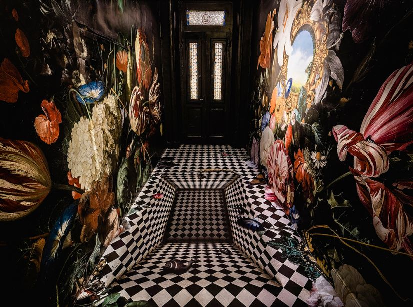 Drink Me - Kako Correa e Kleber Lommez. Trechos de obras do acervo do Rijksmuseum, da capital holandesa, avançam pelo chão, teto e paredes neste pequeno corredor. A instalação brinca com a luz e com interferências gráficas inspiradas na arte flamenga do século 17, na imersão em um universo de sonhos.