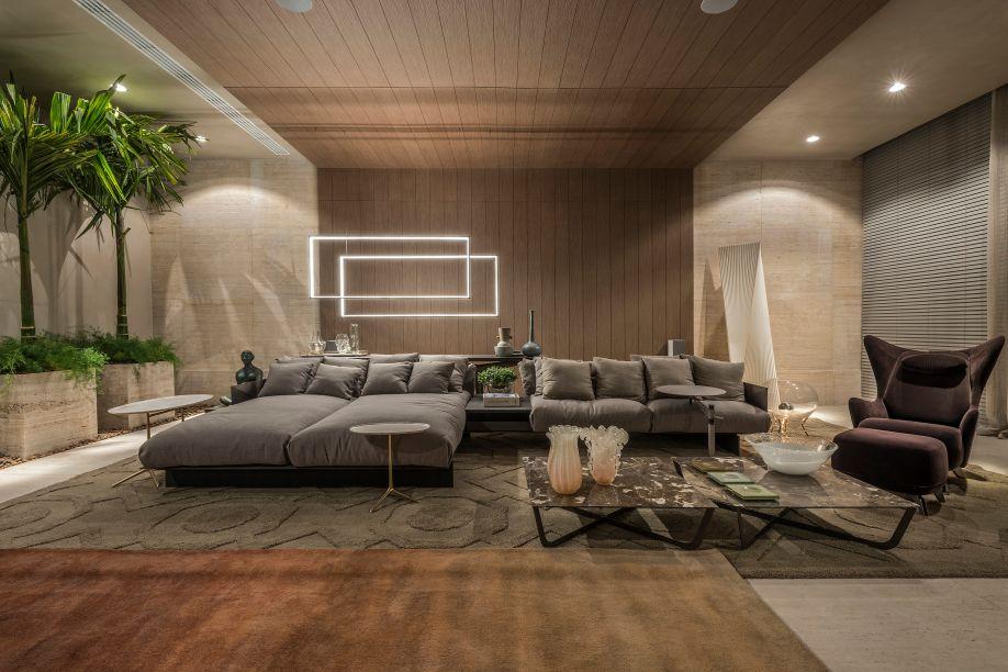 Home Cinema -A profissional Estela Netto quis criar um espaço para relaxar e receber convidados. Iluminados indiretamente, a madeira e o mármore da parede e do teto criam uma atmosfera calma, que é aquecida pelos tapetes e sofás confortáveis.