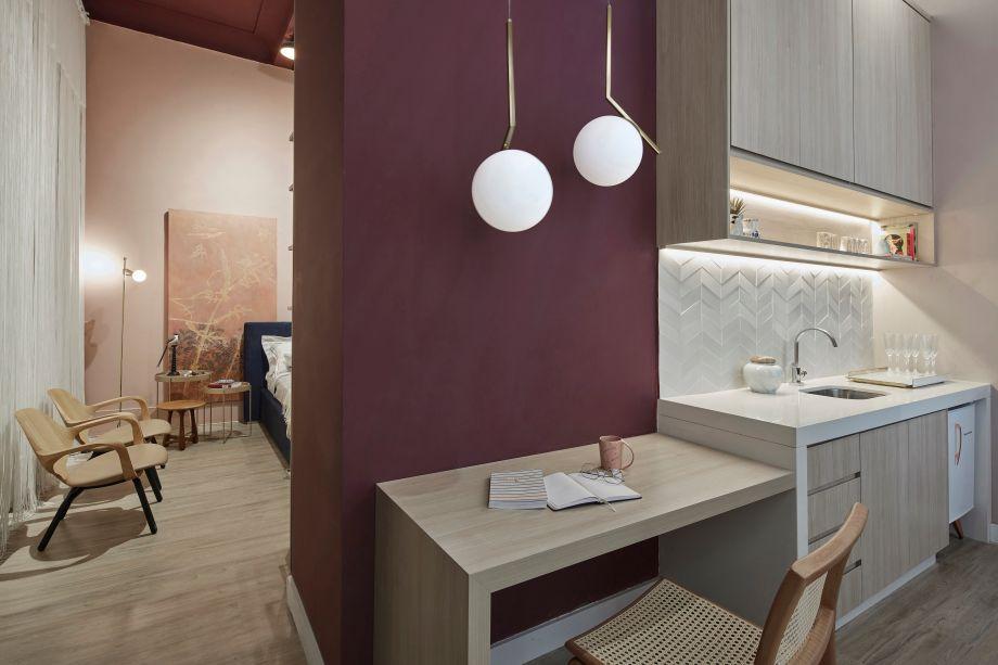 Home Studio -A harmonia reina no Home Studio assinado pelo Estúdio Base. Uma paleta de cores que oscila entre tons rosa claro e avermelhado é complementada por vários elementos em madeira, que acrescentam charme e textura.