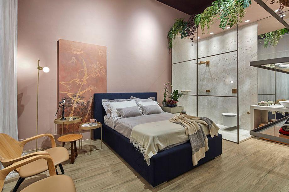 """Home Studio - Estúdio Base (Bruna Gribel, Alexia Barbosa e Sarah Barreto). O espaço funciona como uma casa """"mínima"""", integrando dormitório, closet, banheiro, cozinha e um pequeno estar. Mas tudo é mutável. As cores são joviais, como rosa seco, azul marinho e berinjela. Cada centímetro importa, então há um cuidado na escolha de revestimentos e peças de design, com destaque para as luminárias."""
