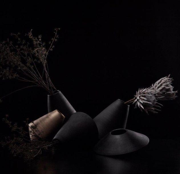 Konsepta – com peças de produção artesanal, a artista Claudia Issa cria cerâmicas orgânicas, fluídas e exclusivas que possuem múltiplas funções na decoração.