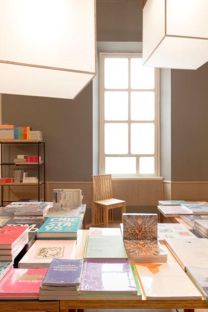 Livraria da Rua -Assinada por Carlos Alberto Maciel, a madeira é a protagonista da livraria. Presente nos suportes para os livros e obras de arte, nos móveis modulares e também nas caixas de luz, o material cria uma atmosfera calma e natural, perfeita para boas leituras.