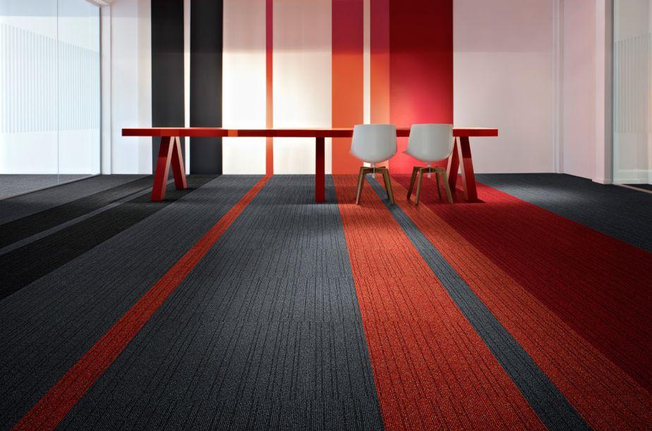 Tarkett – a marca apresenta a linha de pisos vinílicos Textile, que possui quatro padrões inspirados em tramas de tecidos. A paleta de cores varia entre o cinza, bege e azul.
