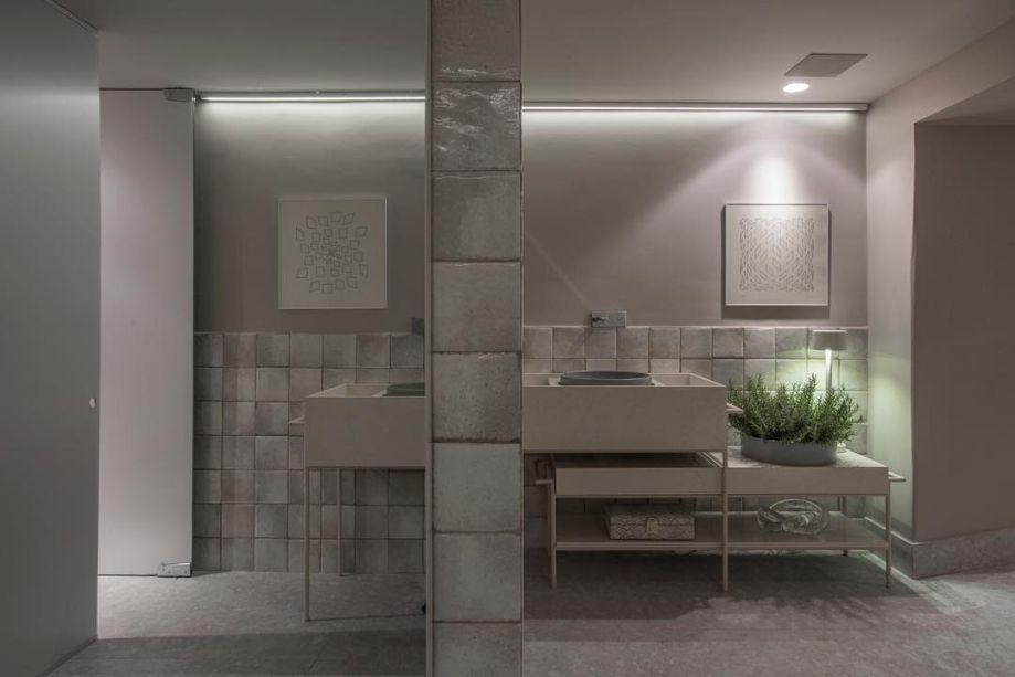 <span>Conceitual e acolhedor, o</span><strong>Porão Backer</strong><span>, de</span><strong>Luis Fábio Resende</strong><span>, possui tons etéreos e monocromáticos, como off-white. Para o banheiro do ambiente, o profissional elegeu bancadas de superfícies de quartzo</span><span>, que compuseram perfeitamente para o estilo elegante da proposta, com sua tonalidade bege e sutil, lembrando mármore.</span>
