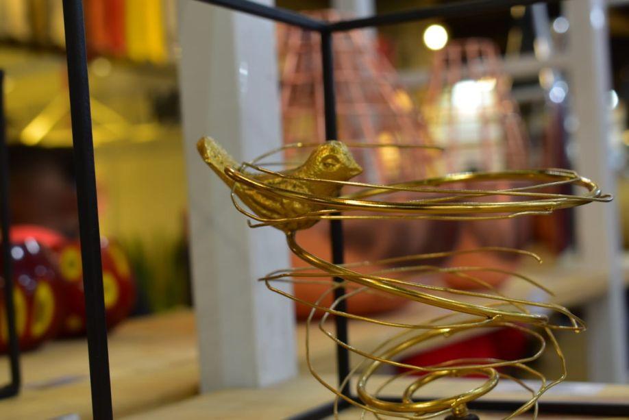 Pássaros dourados no estande Formas Coloridas