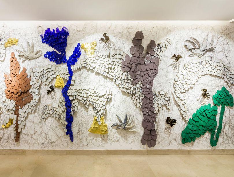 Vestíbulo - Marissi Campos.O destaque do lobby é o Chancay Garden, mural escultural da artista Claudia Caffarena, que combina arte contemporânea e influência pré-colombiana. Para contemplar esta e outras obras, o espaço oferece automação de luzes, áudio e até aromas, otimizando o uso de energia.