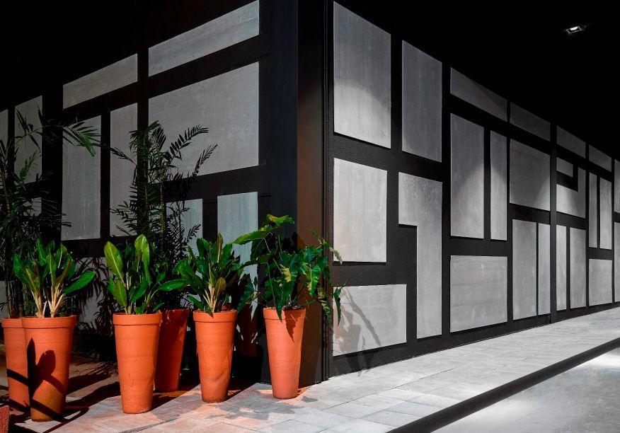 Fachada Alameda – Angela Feitoza. A designer e arquiteta reafirma sua admiração por Brasília e Oscar Niemeyer, misturando elementos contemporâneos e minimalistas. Angela combina aço, muito verde e placas de concreto que formam mosaicos na fachada, em uma aplicação criativa do produto no espaço de 500 m².