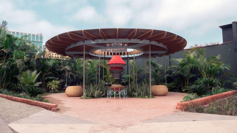 Stupa Shipibo - Juan Sebastián Rico.A estupa é um monumento budista que representa a mente dos seres iluminados, reproduzida aqui em um disco de meia tonelada de madeira, aço e pedra. A estrutura suspende a reprodução da relíquia indígena, com desenhos, bordados e inscrições iluminados da etnia Shipibo.