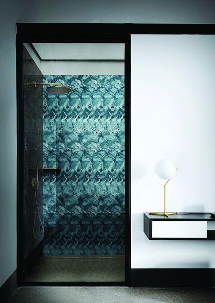 Laviani - London Art Glass. Este ano a Londonart criou uma coleção de papéis de parede para banheiros, box de banho e cozinhas. A experiência vai além do que vemos tradicionalmente no material. O trabalho é uma colaboração de Francisco Laviani com a marca, pensando em estilizar e personalizar ambientes mais íntimos.