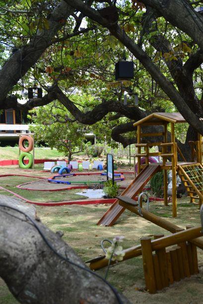 Praça Amiga da Criança - Adelina Feitosa. Os temas principais do ambiente são o resgate à infância e a sustentabilidade e tem o intuito de estimular a criatividade das crianças. Colorido, acessível e ao ar livre, permite que os visitantes interajam com a natureza e possam praticar hábitos antigos, como o de subir em árvores. Os brinquedos servem de inspiração para o dia a dia. O muro pode ser pintado pelo visitante, e a oca de painéis solares, barro e palha chama a atenção. Todo o projeto elétrico será abastecido com painéis solares.