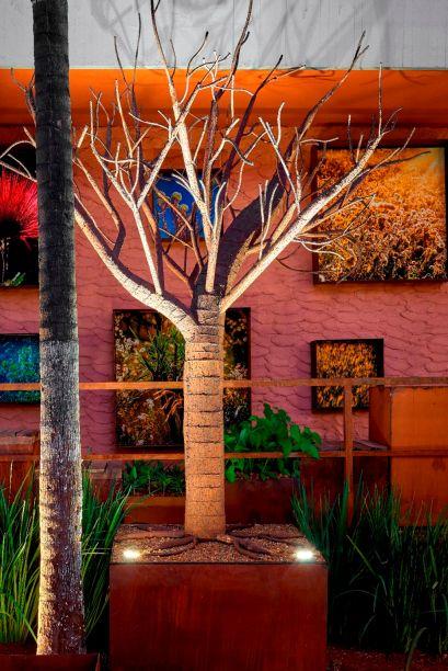 Jardim Cor de Cerrado - Gustavo Gall e Érica Cabral. Quinze espécies nativas e duas ornamentais compõe a flora desse ambiente. Para aproximar a natureza do urbano e industrial, uma árvore de aço corten e paineis raiz une os estilos.