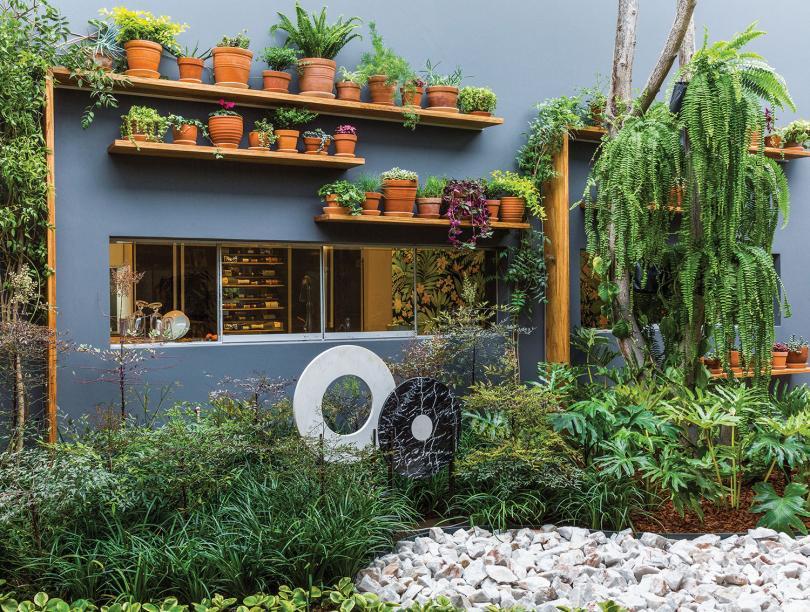 CASACOR Peru 2018.Jardín Interior - Marcia Lenz. Este refúgio de 50 m2 é a extensão da casa, pensado com simplicidade para um resultado moderno. A rusticidade da madeira encontra o romantismo das flores e do verde que cresce livre ou em vasos de barro.