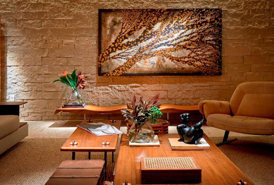 """Poesia Concreta - Studio Arch+. A inspiração para esse espaço foi o poema """"Das Pedras"""", de Cora Coralina. Composto por sala, quarto, cozinha e banheiro, o destaque artístico é um quadro de árvore que adorna uma das paredes."""