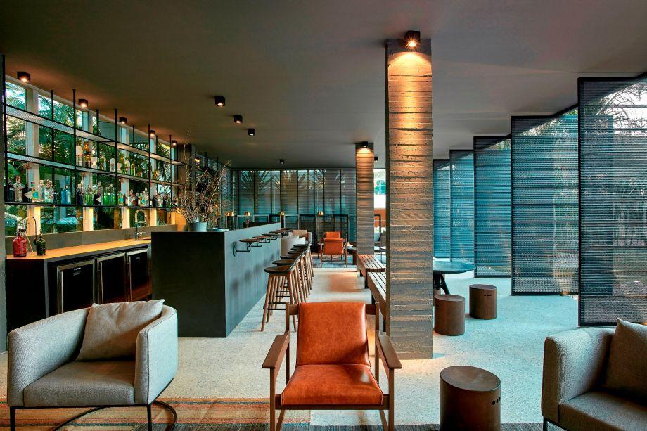 Lounge Bar Finitura – Ney Lima. O projeto reverencia o traçado original de Niemeyer e promove a integração entre ambientes interno e externo. O bar ao centro propicia espaços de convivência ao redor, explorando os 108 m². O mobiliário brasileiro contracena com obras de arte do brasiliense Christus Nóbrega. Dentre as inovações com um quê de nostalgia, o piso que remete à grenatina, bastante usada na década de 1960.