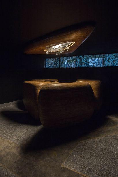 Bar del Pisco - Federico Dunkelberg e Sophie Le Bienvenu. O espaço é invadido por elementos orgânicos e quentes, como a madeira. E ganha ainda mais elegância com o predomínio do preto e nuances de dourado. No alto, as taças se convertem em parte da decoração.