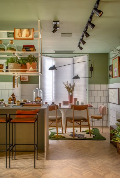 Cozinha Alecrim - Bernardo Gaudie-Ley e Tânia Braida. A dupla trabalhou a janela em sua forma tradicional, aplicando persianas e usando a base para vasos de cerâmica coloridos, que estão em sintonia com o resto do espaço, repleto de referências retrô.