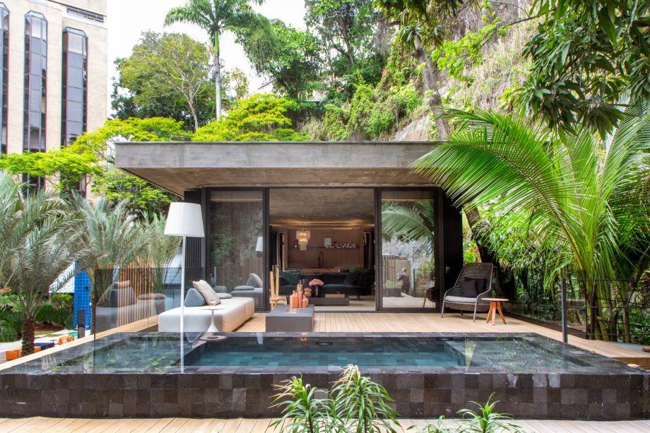 CASACOR Rio de Janeiro - Refúgio Urbano, de BC Arquitetos. A dupla aplicou o conceito de planta livre, com todos os espaços integrados e com elementos de divisão independentes da estrutura.