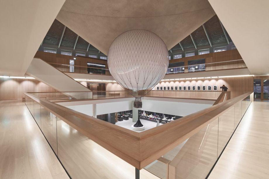 Mind Pilot - Design Museum. A instalação anima o Museu do Design com uma instalação interativa chamada Mind Pilot. Os visitantes do museu tem a oportunidade de pilotar um balão de ar usando o poder e foco de suas mentes.