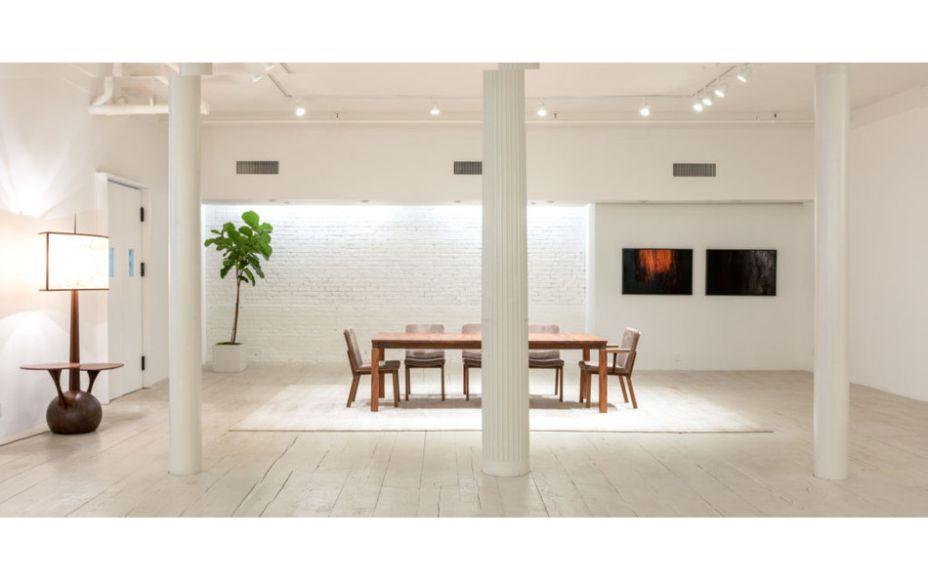 Espasso - 186 Franklin St. Peças de Design de Carlos Motta são lançadas na exposição ESPASSO+Motta. CJ1 é o nome da primeira linha exclusiva, desenvolvida pelo Atelier Carlos Motta. As peças são: cadeira de jantar, mesa de jantar, sofá, mesa de café, poltrona e cadeira de jantar com braço.