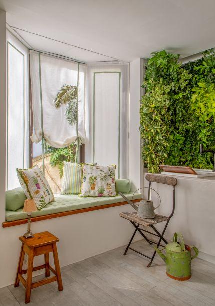 Sala Carioca - Marcia Müller e Manu Müller. O estilo de vida carioca e tropical chic é ressaltado com tons de verde sobre base branca. Aqui, as janelas servem de apoio para a mesa de refeição e se torna um banco confortável.