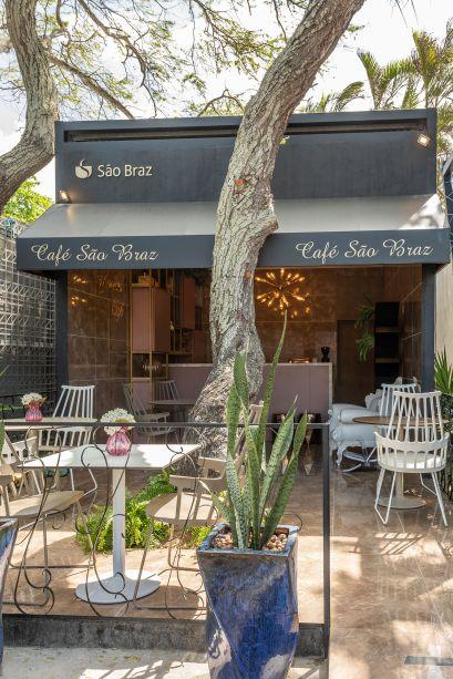 Marron Café – Simone Almeida. Integrado com a natureza ao redor, o Marron Café foi projetado para que os visitantes pudessem parar, relaxar e apreciar um bom café entre um ambiente e outro da mostra. Requinte e conforto foram prioridades, para isso, tons terrosos, dourados e rosados foram a escolha.
