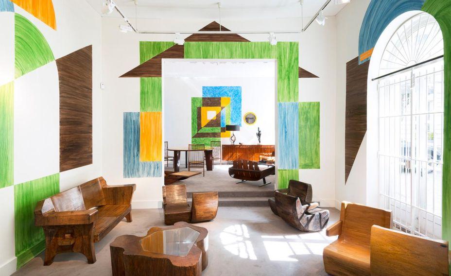 Modernidade do design brasileiro de 1950 a 1980' na Galerie Chastel-Maréchal – vinte e uma peças, assinadas por sete grandes nomes do design moderno brasileiro, foram reunidas pela galerista Aline Chastel para serem expostas em Paris em um vibrante cenário pintado por Vincent Darre.