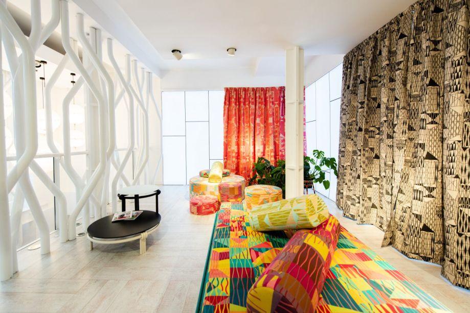 Mono. Com móveis e tecidos de Bethan Laura Wood, apresentados pela primeira vez na semana de design de Milão, a criatividade é o ponto principal da exposição. A paleta de cores é inspirada nos tons quentes do México. Novos tecidos, móveis e tapetes são a aposta da marca.