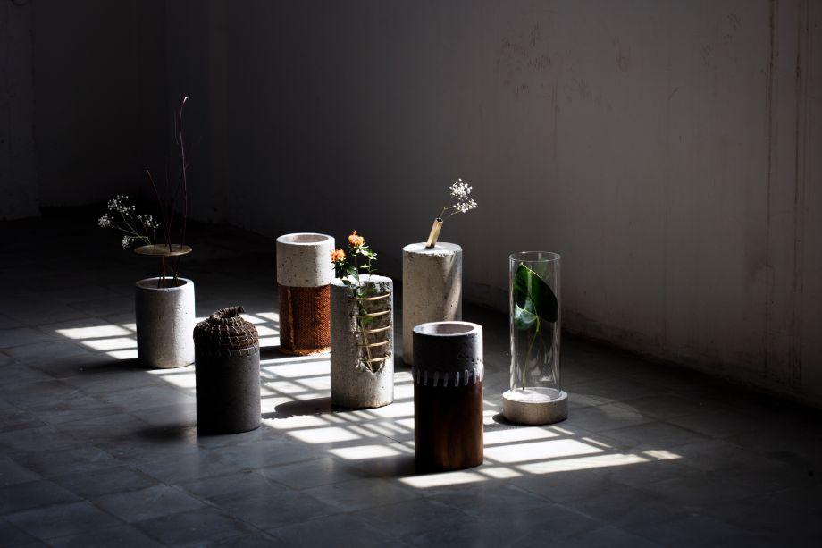 Impermanence - Paola Sakr. Formada em 2016, Paola Sakr é uma jovem designer que expõe em seu trabalho a paixão por fotografia e arte. Essa criação multidisciplinar permite que ela explore cada vez mais seu gosto por inovação e sua curiosidade. Seus trabalhos são pequenas histórias de tempos diferentes, como por exemplo a série de vasos.