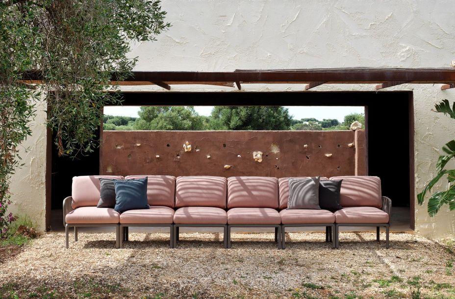 Nardi – a marca italiana apresenta a linha de sofás modulares Komodo, inspirada em ramos de árvores. O sistema permite que o usuário crie sua própria trama botânica combinando as peças. Os assentos e os encostos são rotacionáveis, permitindo entrelaçados.