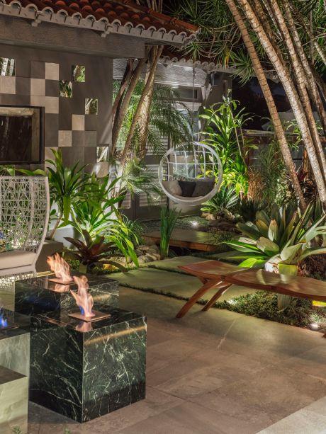 Grandes espelhos em formas geométricas revelam diversos detalhes do Quintal dos Espelhos, projeto da Modi Arquitetura e Iris Pasisnic Arquitetura. O projeto segue uma linha contemporânea composto por materiais naturais como pedras vulcânicas, mármore, quartzo, madeira vegetação adulta e exuberante. Assinado pelo designer italiano Marco Rocco, o Ninho João de Barro é um dos destaques. Tramado artesanalmente, o móvel é um espaço perfeito para relaxamento e acolhimento com conforto e intimismo.