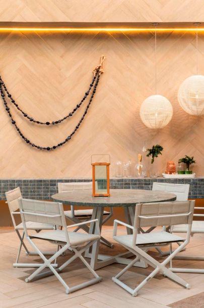 Deck da Piscina - Humberto Zírpoli e Cynthia Costa. Na CASACOR Pernambuco 2018, a fluidez do mundo moderno e elementos naturais são combinados. O minimalismo é exaltado no deck e na bancada, com materiais que imitam metal prateado.