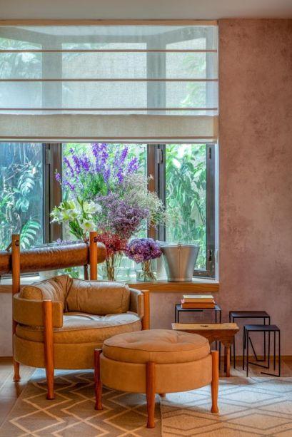 Suíte Zen - Jacira Pinheiro. O estilo original da bay window foi preservado no projeto, que resgata detalhes arquitetônicos históricos. Os vasos com lavandas dispostos na janela usam molduras clássicas, cores lavadas e detalhes provençais.