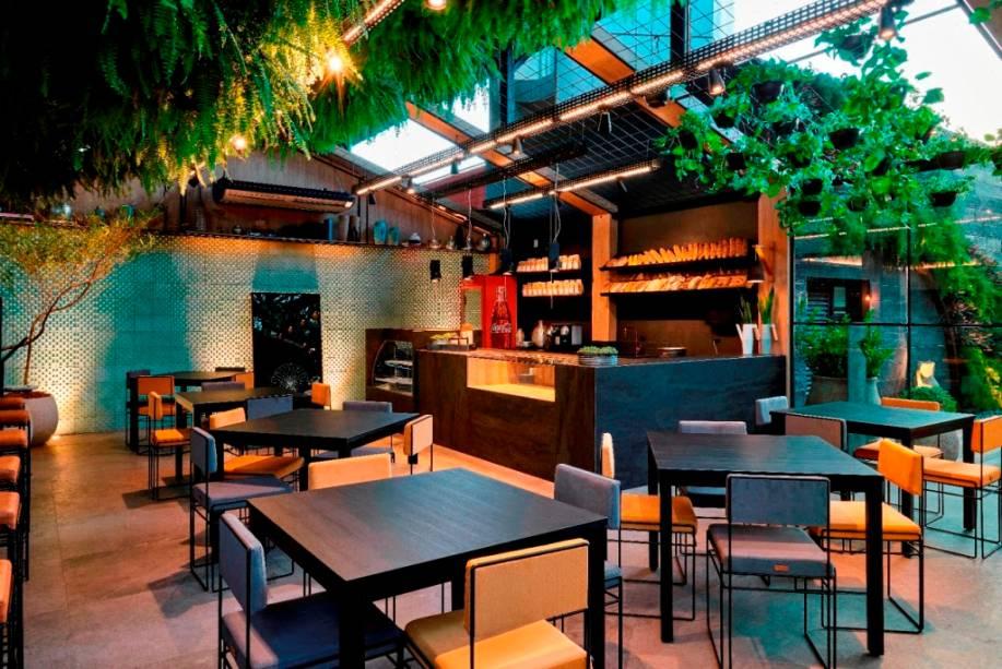 Casa de Vidro - Estúdio Orla. Na CASACOR Brasília 2018, o ambiente inspirado no clima e charme cosmopolita de Nova York, que abrigava o Café Dean&Deluca apresentava elementos industriais, que imitam chapa de aço envelhecida.