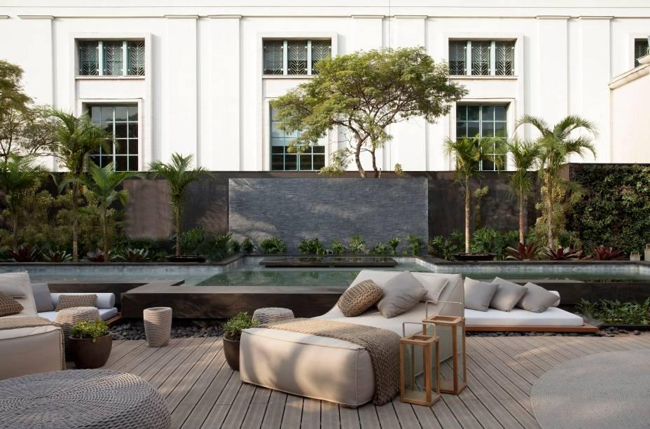 Casa Cosentino - Débora Aguiar. O maior ambiente da CASACOR São Paulo 2018 tinha uma piscina Unlimited com revestimento imitando pedra. O aspecto desgastado está em toda a piscina.
