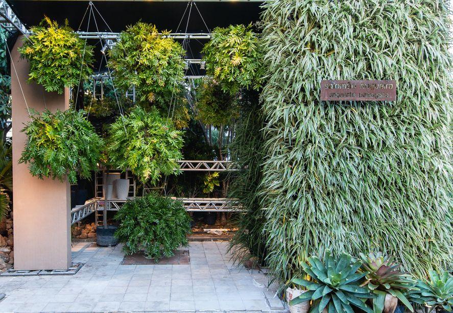 Instalação Verde - Salomão Nogueira. As novas possibilidades de inserção do verde na arquitetura são valorizadas através de vasos vietnamitas, manufaturados com alto padrão artístico e pelo jardim vertical. A estrutura modular, executada em box truss, apresenta uma vegetação associada à instalação e sugere uma galeria artística.