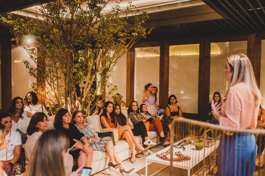 Renata Queiroz à frente da conversa com os convidados.