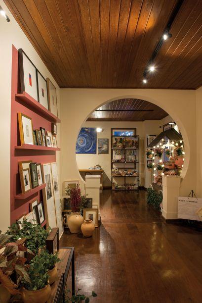 Curtir e Compartilhar - José Marcelino. A CoStore reúne trabalhos de artistas, artesãos e empreendedores locais nas áreas de gastronomia, decoração, moda e artigos para o lar. Por isso, o espaço traduz as tendências de compartilhamento e colaboração em seus 90 m². Com um detalhe: sem intervir na arquitetura original. As áreas livres são versáteis, com espaços expositores variados e móveis reaproveitados.